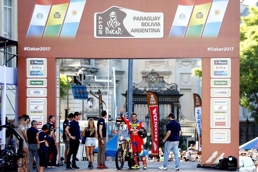 65608 NICOLÁS CARDONA A SU ARRIBO A LA CIUDAD DE BUENOS AIRES TRAS CULMINAR LA COMPETENCIA