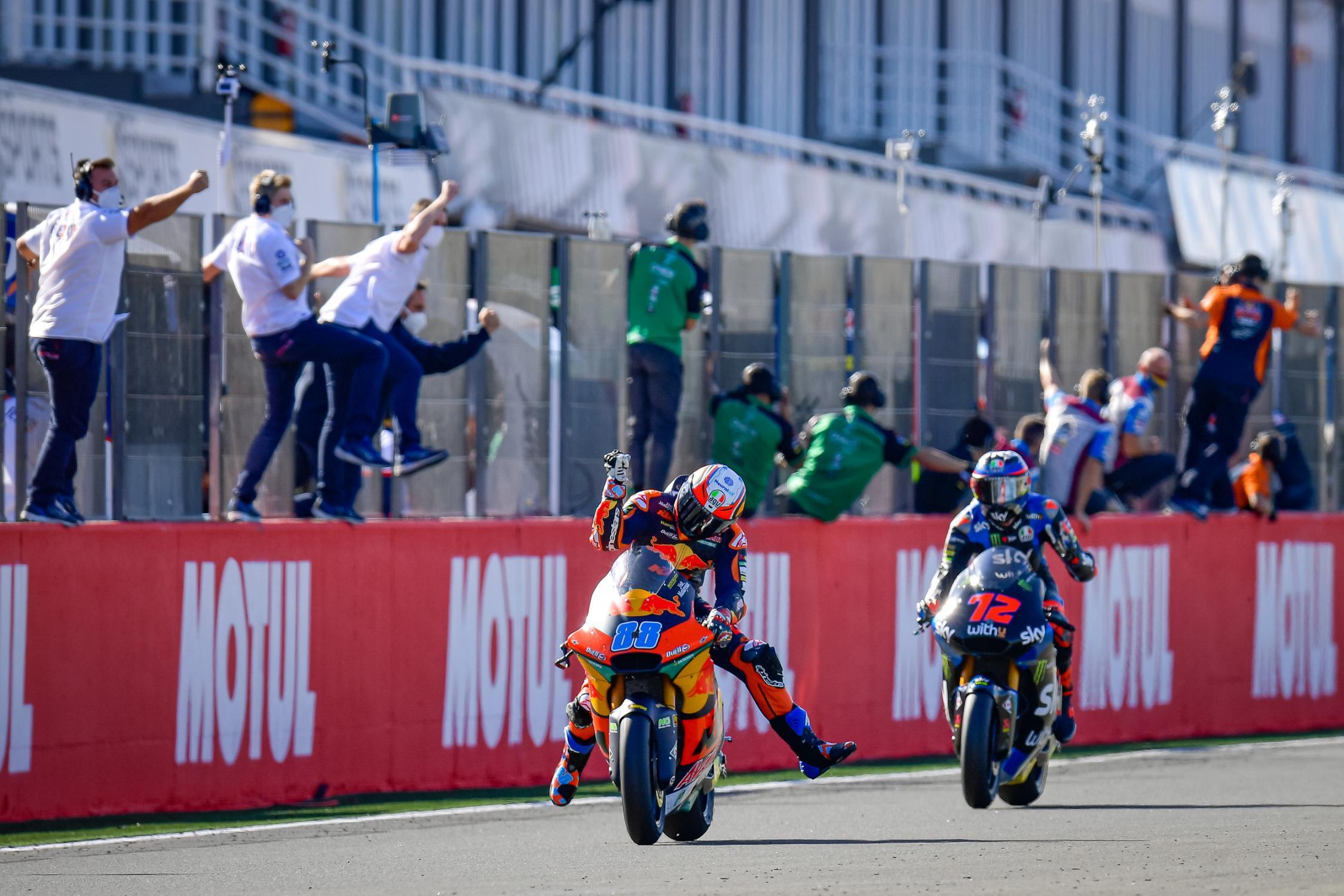 Martín y Garzó saborean la gloria y frenan a Bezzecchi #Moto2