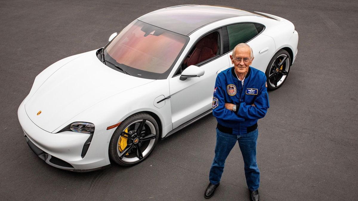 Ex astronauta conduce por primera vez un auto eléctrico en la Tierra